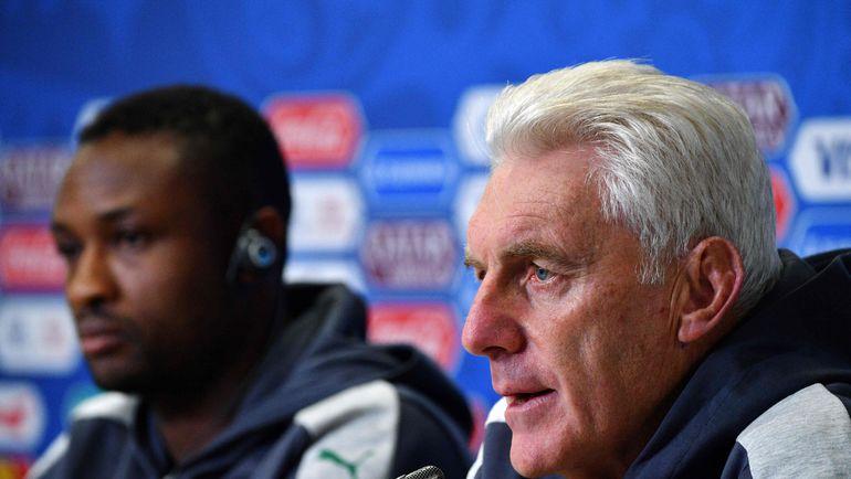 Главный тренер сборной Камеруна Уго БРОС (справа) и полузащитник Себастьен СИАНИ. Фото AFP