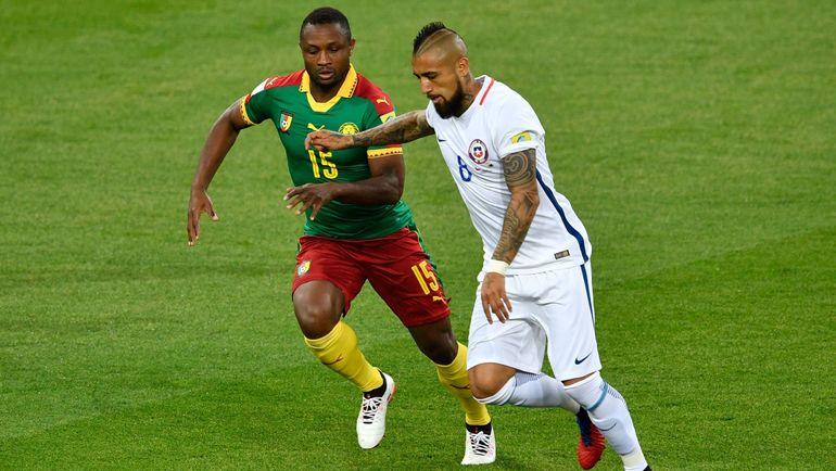 Воскресенье. Москва. Камерун - Чили - 0:2. Себастьен СИАНИ (слева) в борьбе с Артуро ВИДАЛЕМ. Фото AFP