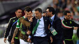 21 июня. Сочи. Команда Хуана Карлоса ОСОРИО (в центре) едва не упустила очки в матче с Новой Зеландией.