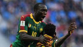Сегодня. Санкт-Петербург. Камерун – Австралия – 1:1. 45+1-я минута. Нападающий Венсан АБУБАКАР поздравляет хавбека Андре ЗАМБО с забитым мячом.