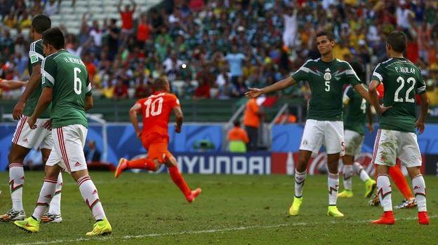 """29 июня 2014 года. Форталеза. Голландия - Мексика - 2:1. Мексиканцы уступили """"оранжевым"""" в споре за четвертьфинал после спорного пенальти в концовке. Фото Reuters"""