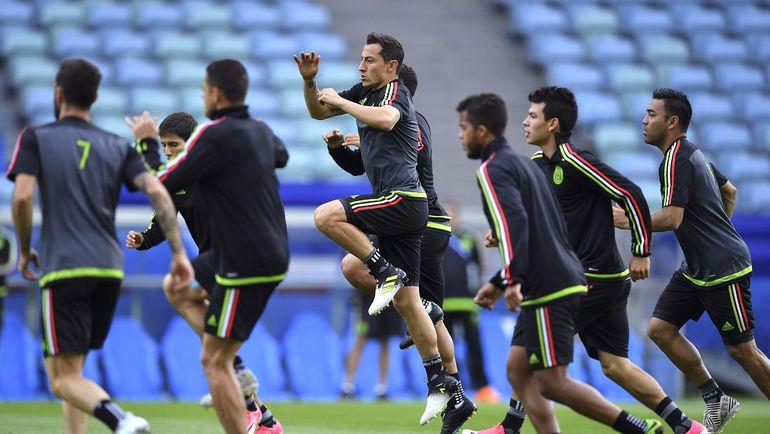 Андрес ГУАРДАДО (в центре) и его партнеры настроены выйти в полуфинал. Фото AFP