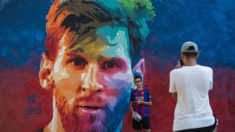 Изображение Лионеля Месси на улицах Барселоны. Фото AFP