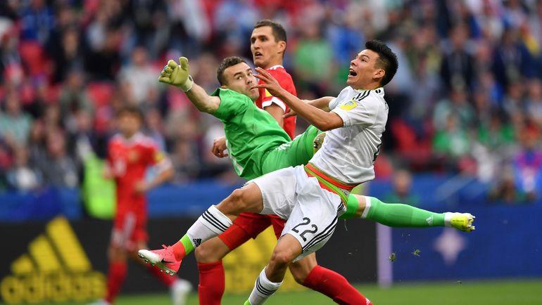 52-я минута. Ирвинг ЛОСАНО отправляет победный мяч в ворота Игоря АКИНФЕЕВА. Фото AFP