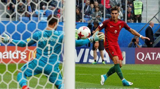 Андре СИЛВА (№9) забивает третий гол. Фото Reuters