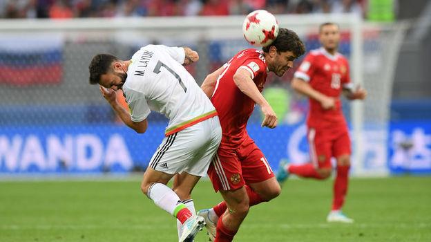 Юрий ЖИРКОВ (справа) получает красную карточку за удар Мигеля ЛАЮНА. Фото Александр ФЕДОРОВ, «СЭ»