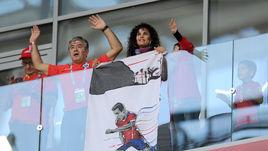 Воскресенье. Москва. Чили - Австралия - 1:1. Болельщики чилийца Алексиса САНЧЕСА на трибуне.