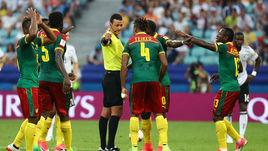 Сегодня. Сочи. Германия – Камерун – 3:1. Судья Вильмар РОЛЬДАН и удивленные камерунцы.