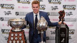 Коннор МАКДЭВИД позирует с главными индивидуальными наградами в НХЛ. Уже этим летом ему придется выбирать между трофеями и деньгами.