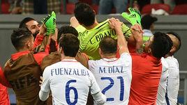 Сегодня. Казань. Португалия - Чили - 0:0, пенальти - 0:3. Чилийцы качают Клаудио БРАВО, отразившего три удара в серии пенальти.