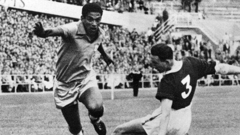 19 июня 1958 года. Бразилия - Уэльс - 1:0. ГАРРИНЧА (слева) стал одним из кузнецов первой в истории победы южноамериканцев на чемпионате мира. Фото AFP