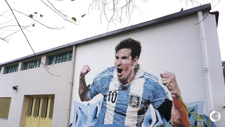 Портрет Лионеля Месси на городской стене.