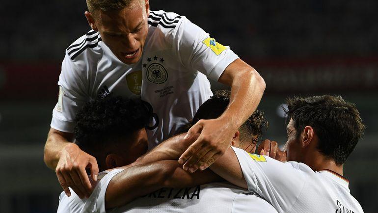 Сегодня. Сочи. Германия - Мексика - 4:1. Партнеры поздравляют Леона ГОРЕЦКУ с забитым мячом. Фото AFP