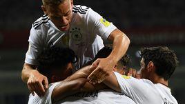 Сегодня. Сочи. Германия - Мексика - 4:1. Партнеры поздравляют Леона ГОРЕЦКУ с забитым мячом.