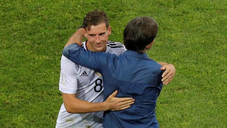 Леон ГОРЕЦКА (слева) и главный тренер сборной Германии Йоахим ЛЕВ. Фото Reuters
