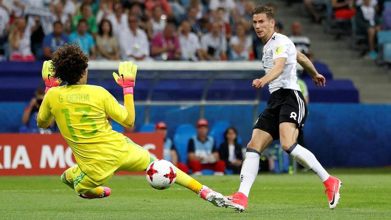 Леон ГОРЕЦКА (справа) забивает в ворота Мексики. Фото Reuters