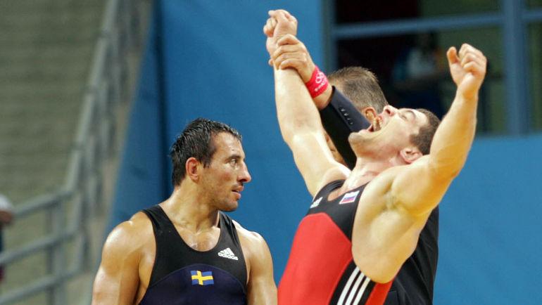 25 августа 2004 года. Афины. Алексей МИШИН (справа) после победы в финальной схватке на Олимпийский играх. Фото Григорий ФИЛИППОВ