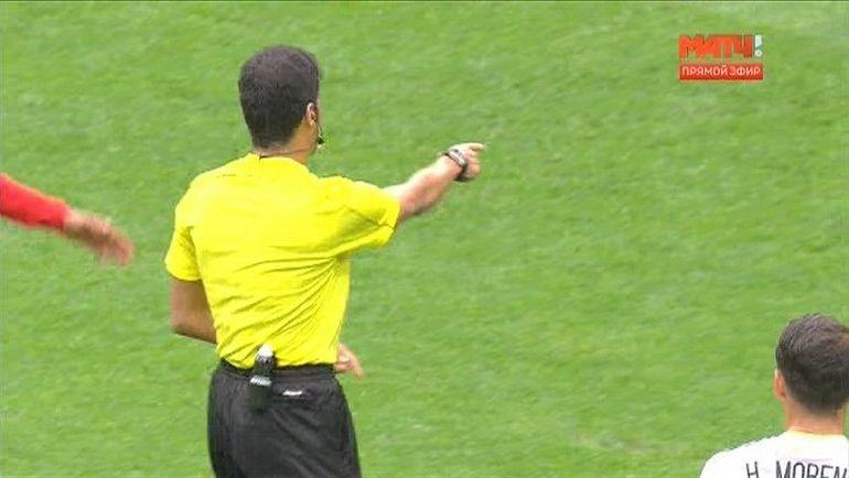 """Фахад Аль-Мирдаси назначает пенальти после просмотра. Фото """"Матч ТВ"""""""
