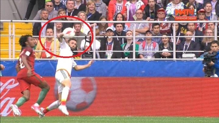 Судья правильно зафиксировал игру рукой у Мигеля Лаюна в штрафной сборной Португалии.