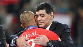 Воскресенье. Санкт-Петербург. Чили - Германия - 0:1. Диего МАРАДОНА утешает Артуро ВИДАЛЯ.