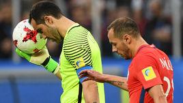 Вчера. Санкт-Петербург. Чили - Германия - 0:1. Ошибка Марсело ДИАСА (справа) привела к единственному голу в ворота Клаудио БРАВО.