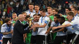 Воскресенье. Санкт-Петербург. Чили - Германия - 0:1. Президент ФИФА Джанни ИНФАНТИНО вручает сборной Германии трофей за победу в Кубке конфедераций.