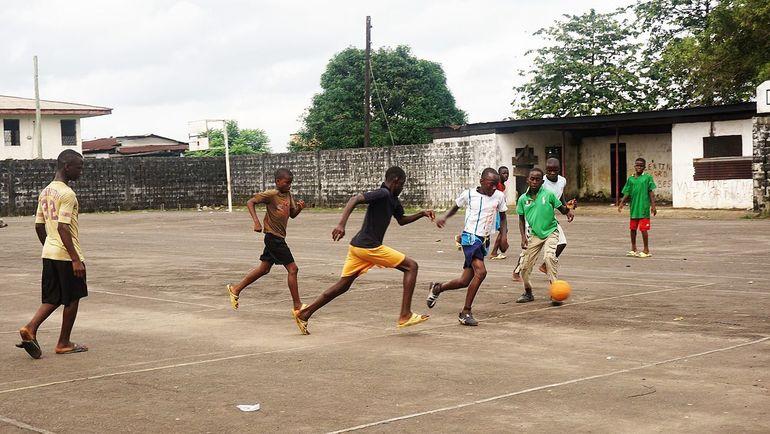 Дети играют в футбол на площадке Либерийского университета. Фото Wikimedia