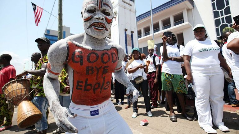 Люди празднуют окончание эпидемии вируса Эбола в Либерии. Фото sciencemag.org