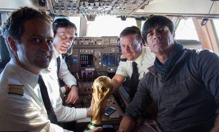 2014 год. Йоахим ЛЕВ в кабине лайнера после победы на чемпионате мира в Бразилии. Фото AFP