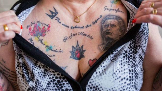 Болельщица Вив Бодикоут сделала около 20 татуировок в честь Жозе Моуринью. Фото Daily Mirror.