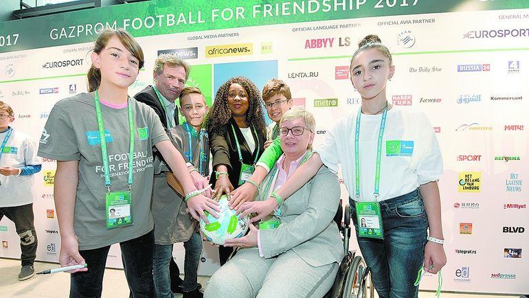 Генеральный секретарь ФИФА Фатма САМУРА (в центре) и участники форума. Фото media.footballforfriendship.com