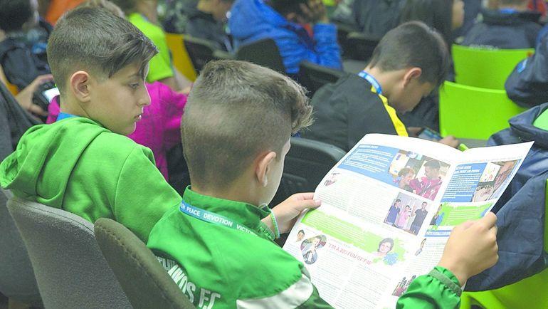 """Каждый день участники программы """"Футбол для дружбы"""" могли прочитать свежую газету, сделанную юными журналистами из детского пресс-центра. Фото media.footballforfriendship.com"""