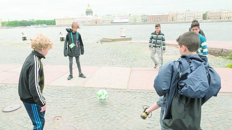 Юные спортсмены сыграли в футбол в самых красивых местах Петербурга. Фото media.footballforfriendship.com