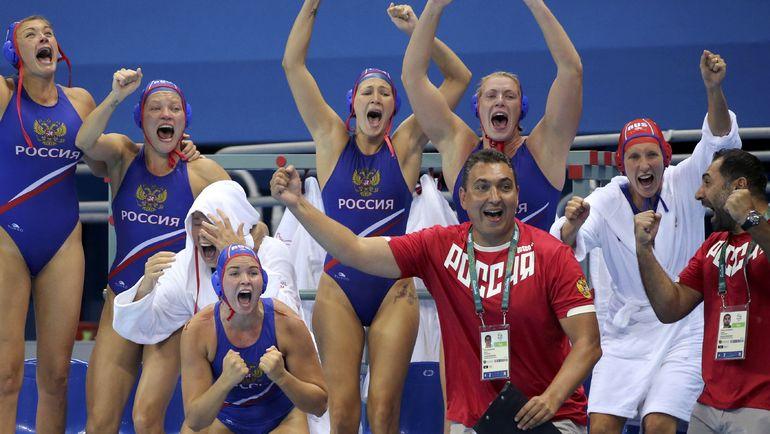 19 августа 2016 года. Рио-де-Жанейро. Тренер и игроки женской сборной России празднуют победу в бронзовом матче Олимпийских игр. Фото AFP