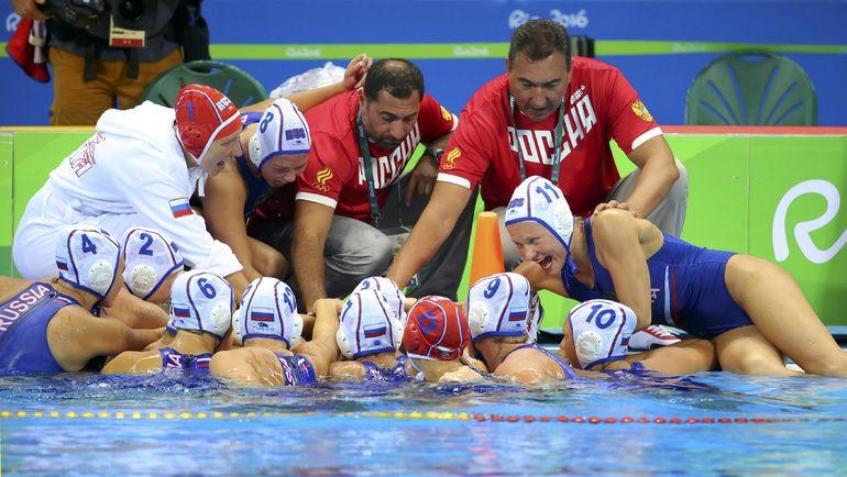Главный тренер женской сборной России Александр ГАЙДУКОВ (в центре) и его подопечные. Фото AFP