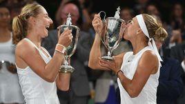 Суббота. Лондон. Екатерина МАКАРОВА (слева) и Елена ВЕСНИНА с кубками за победу на Уимблдоне.