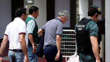 Понедельник. Лас-Росас. Президент федерации футбола Испании Анхель Мария ВИЛЬЯР ЛЬОНА (второй справа) взят под стражу. Фото Reuters