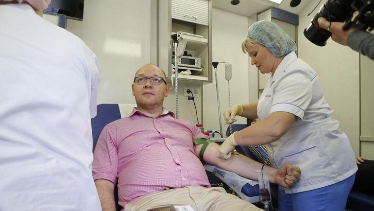 Илья ГЕРКУС в передвижной станции переливания крови.