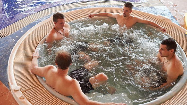 """Игроки """"Северстали"""" проходят восстановительные процедуры после тренировки. Фото photo.khl.ru"""