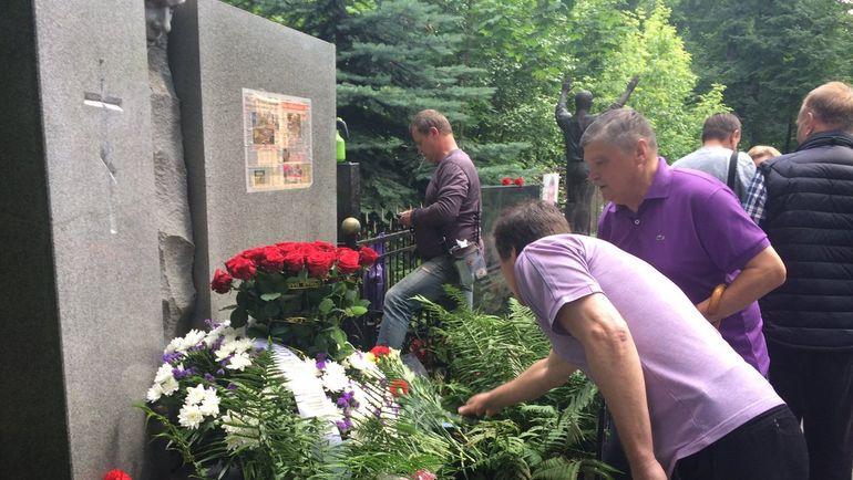 """Ветераны возожили цветы на могилу Эдуарда Стрельцова. Фото """"СЭ"""""""