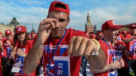Сегодня. Москва. Участники открытой тренировки на Красной площади.