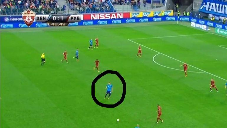 Чтобы получить мяч, Дзюба зачастую вынужден опускаться ближе к середине поля.