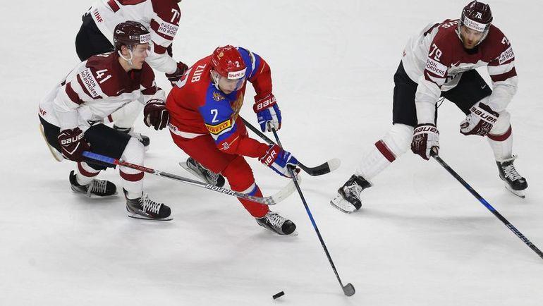 Виталий ПАВЛОВ (справа) против Артема ЗУБА в матче ЧМ-2017 с Россией. Фото AFP