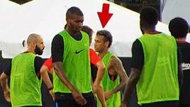 """Сегодня. Майами. НЕЙМАР во время тренировки """"Барселоны"""" повздорил с Нелсоном Семеду."""