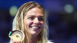 Сегодня. Будапешт. Юлия ЕФИМОВА позирует со золотой медалью.