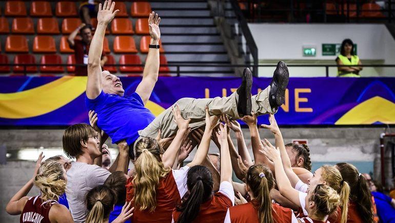 Вчера. Удине. США - Россия - 82:86. Девушки качают Александра КОВАЛЕВА после победы в финале. Фото FIBA