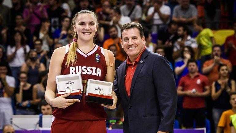 Мария ВАДЕЕВА с наградой MVP турнира. Фото FIBA