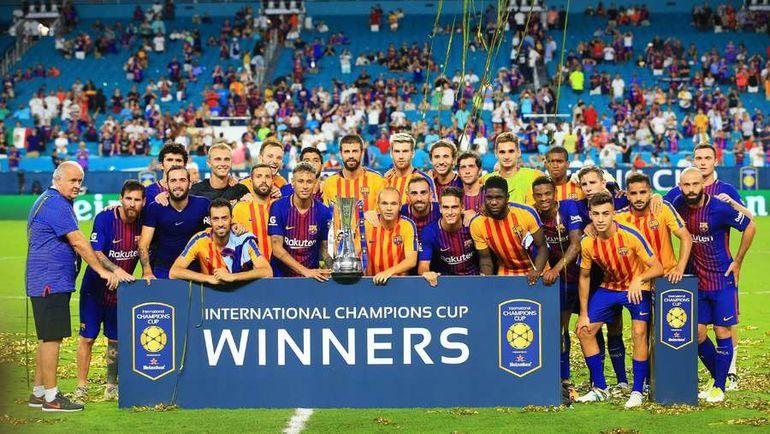 Каталонцы с трофеем за победу в International Champions Cup. Фото AFP