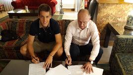 Сегодня. Рим. Марио ПАШАЛИЧ (слева) и Сергей РОДИОНОВ ставят подписи под контрактом.