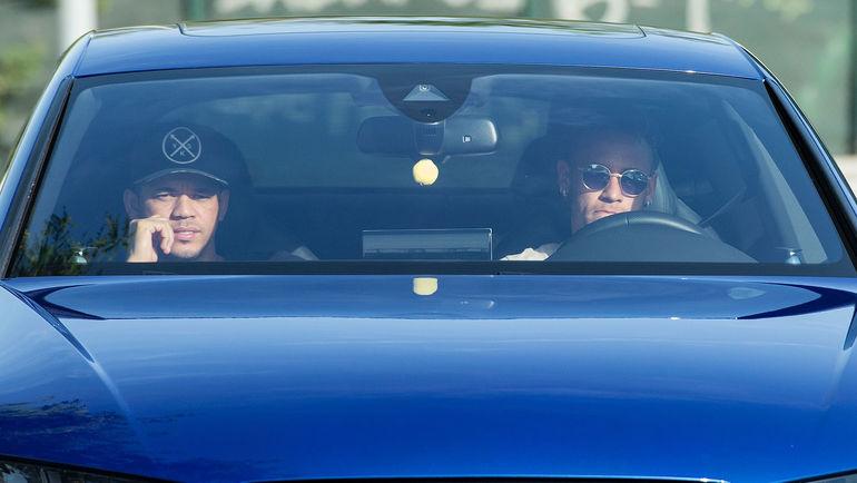 """Вчера. Барселона. НЕЙМАР (справа), возможно в последний раз, едет на тренировку """"Барсы"""". Фото AFP"""